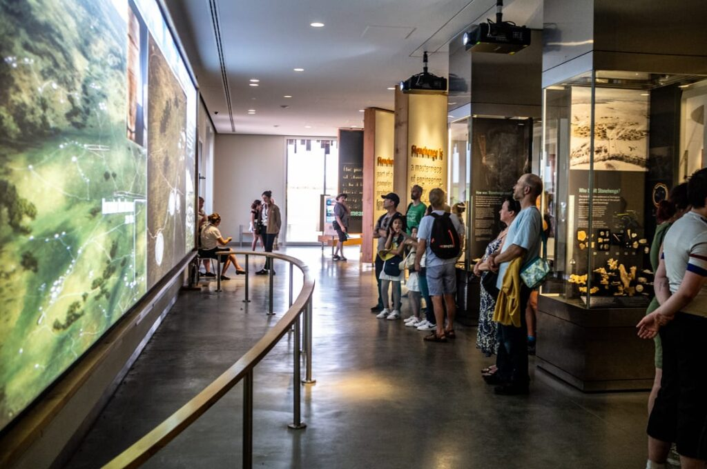 Niezwykle ciekawe i multimedialne muzeum przybliża historię Stonehenge.