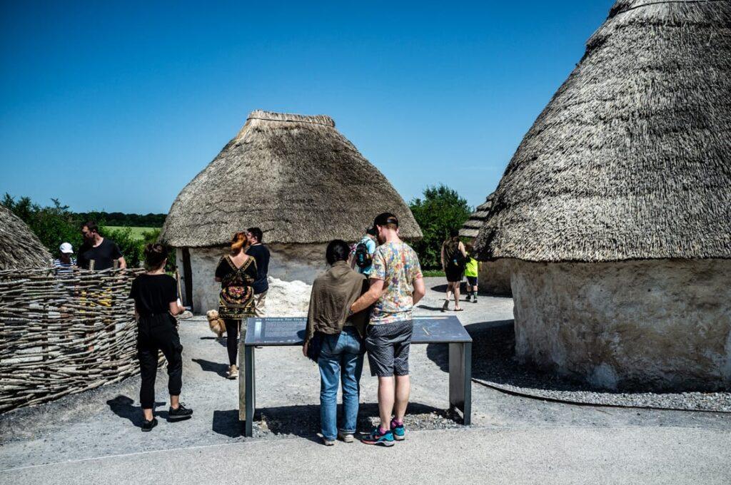 A potem zwiedzamy domy budowniczych Stonehenge.
