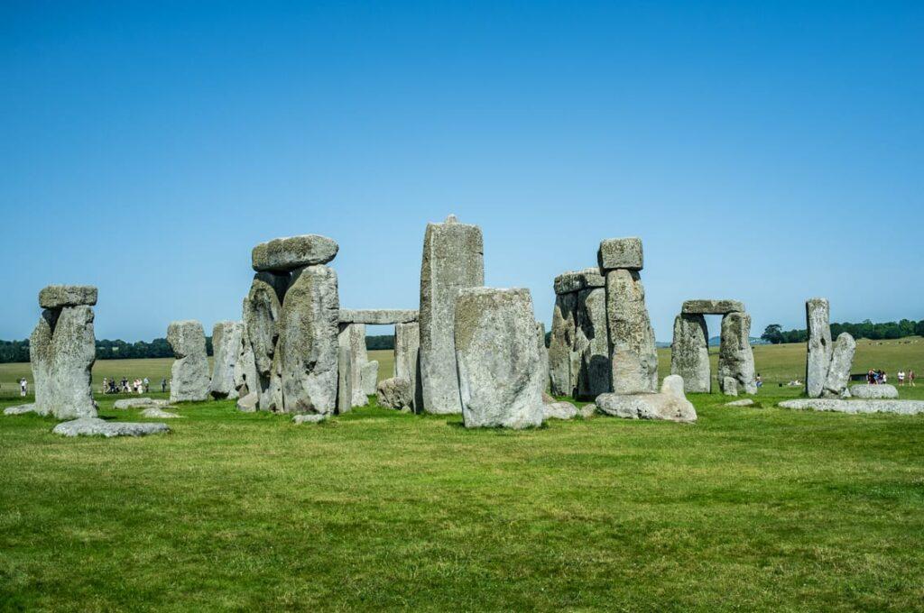 Stonehenge w słoneczny dzień.