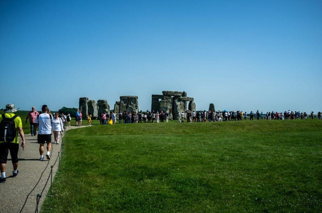 Turyści w drodze do Stonehenge.