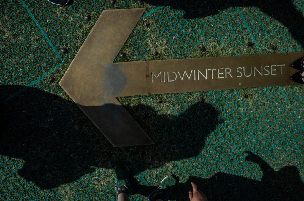 Zwiedzający mają oznaczenia pozwalające zobaczyć, przez które głazy prześwieca słońce podczas przesilenia.