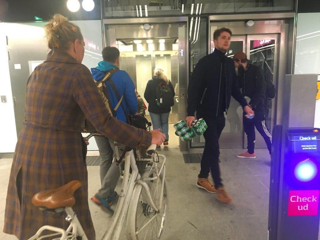 Piwo i rower. Typowy widok w metrze. Kopenhaga komunikacja miejska.