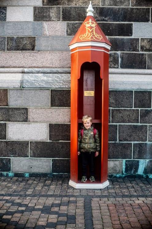 Zabawa w strażnika w Pałacu Christiansborg, Kopenhaga.