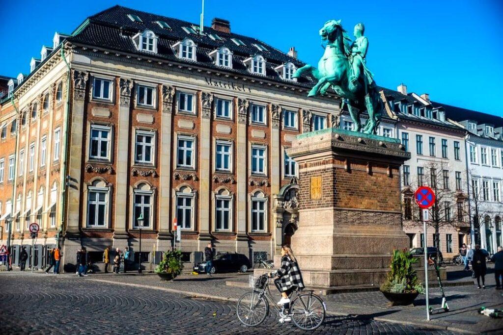 Konny pomnik założyciela miasta, biskupa Absalona, Kopenhaga.