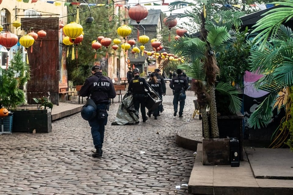 Christiania, Kopenhaga. Nalot policji na głównej ulicy Pusher Street.