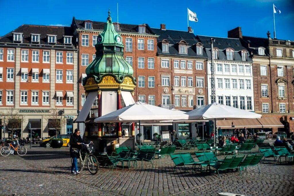 Dawna budka telefoniczna, dziś kawiarnia. Kongens Nytorv, Kopenhaga.