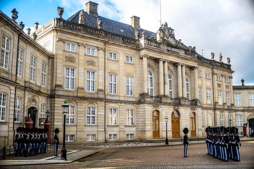Zmiana warty pod pałacem Amalienborg, Kopenhaga.