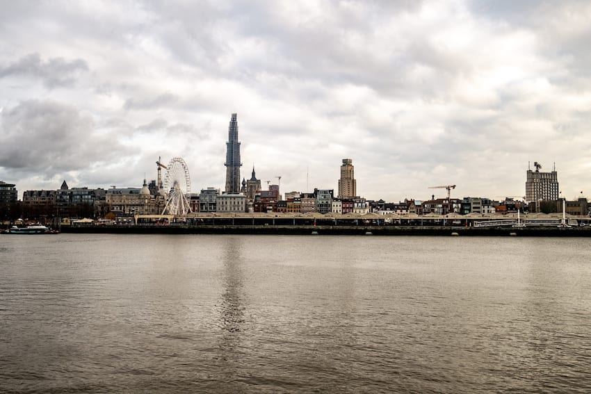 Antwerpia. Panorama z drugiej strony rzeki.