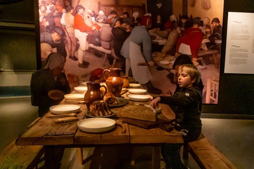 Wili wciela się w biesiadnika z obrazu Pietera Breugela