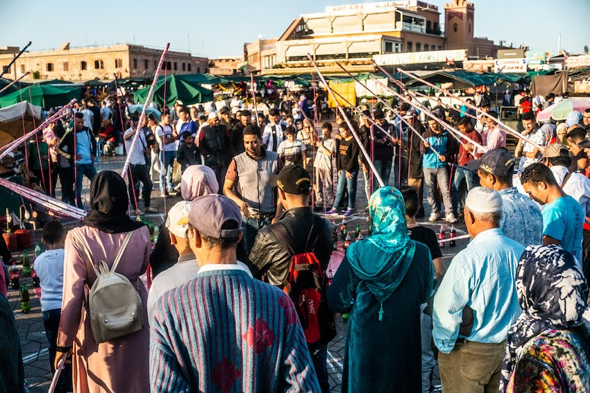 Zabawy i rozrywki na placu Jemaa El-Fnaa