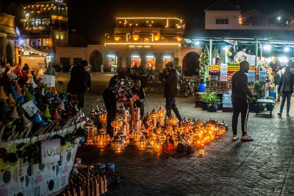 Zapada wieczór na głównym placu Marakeszu