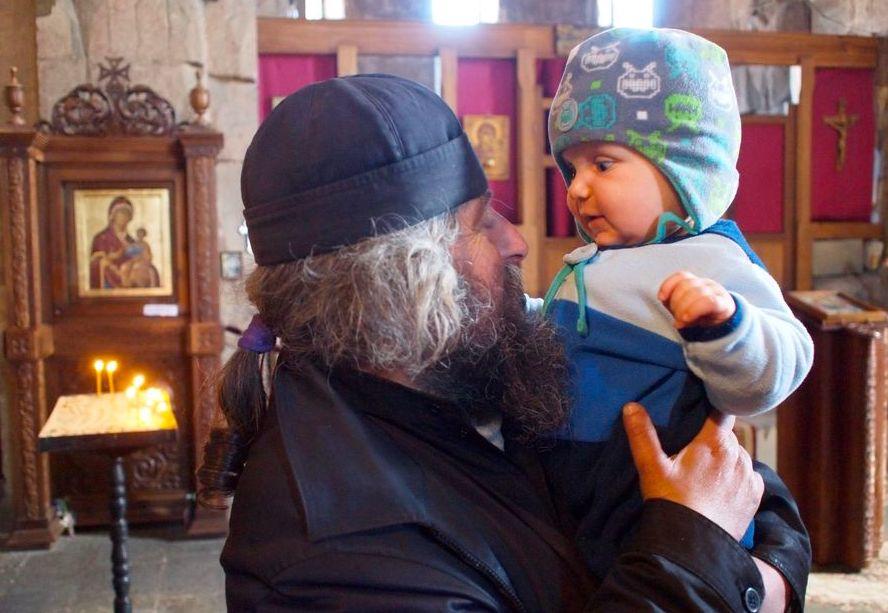 dżwari monastyr – gruzja z dzieckiem